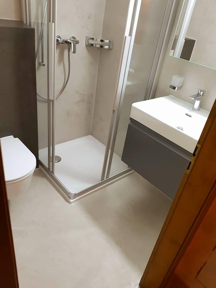 Salle de bain en béton ciré à Fully